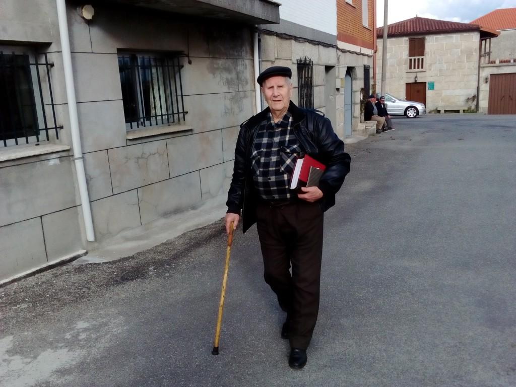 Camilo na actualidade frente a súa casa en Sandiás