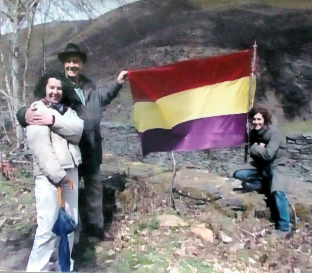 Camilo, cá cineasta Helena Villares e unha compañeira, durante a rodaxe dun documental na Cidade da Selva, no macizo central ourensán, a principios dos anos 2000.