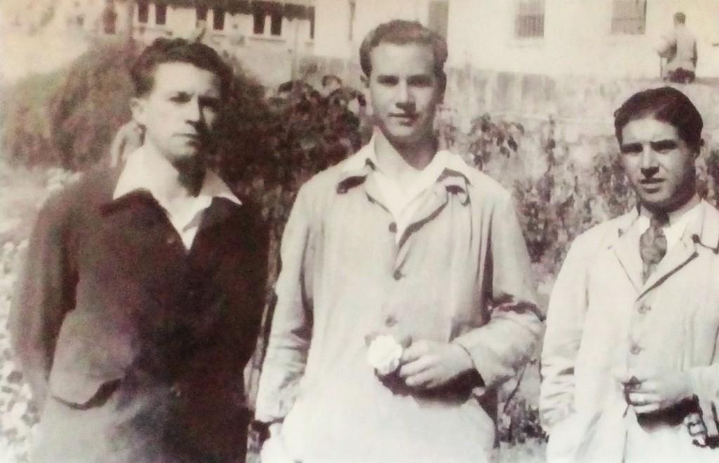 Camilo de Dios, no centro, xunto a Antonio Pérez, outro dos compoñentes daquela guerrilla de choque, e un capitán dos Gardas de Asalto, na prisión do Dueso, nos cincuenta.