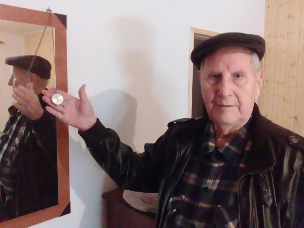 Camilo, na súa habitación, có reloxo que lle deixou José María Saavedra, o compañeiro có que caeu en Ourense no 49