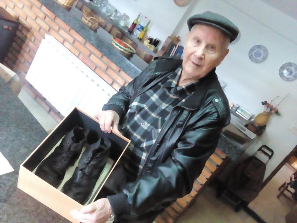 Camilo, cunha caixa cás botas de seu irmán que estaban entre os restos que atopou nunha fosa en Ávila hai un ano. A Perfecto fíxolle unha homenaxe en Xinzo antes de soterralo no cemiterio de Sandiás.